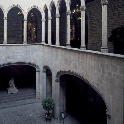 Pati i galeria gòtica de l'ajuntament de la ciutat.  (Imagen M.A.S.)