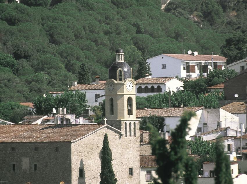 Church of Santa Creu and partial view of the spa village  (Servicios Editoriales Georama)