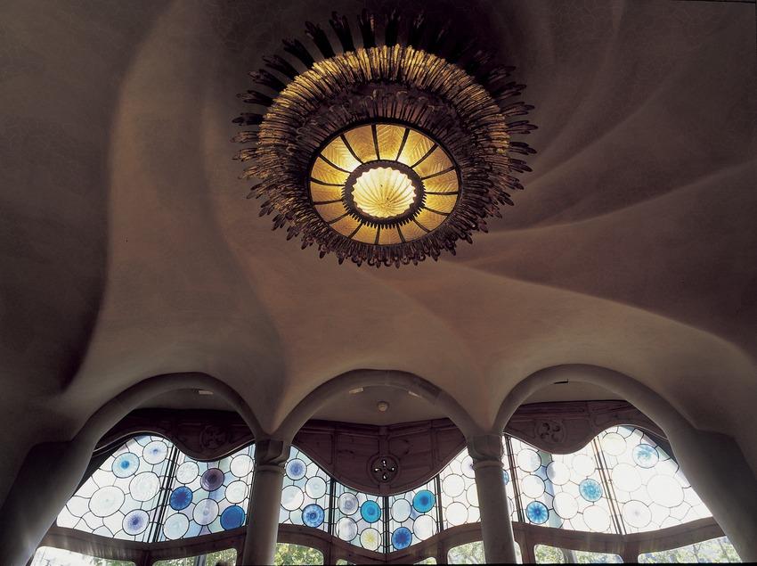 Làmpada i vidriera del saló principal de la Casa Batlló d'Antoni Gaudí.