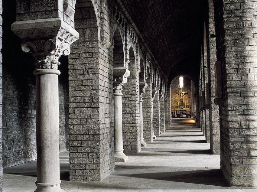 Nau lateral de l'església del Monestir de Santa Maria de Ripoll.  (Imagen M.A.S.)