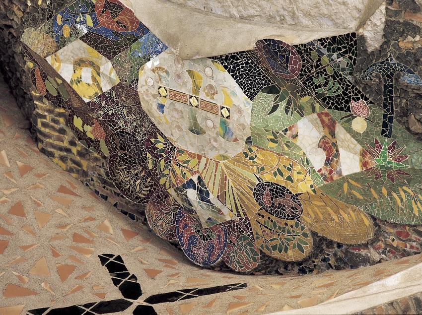 Detalls decoratius a l'entrada a la Cripta de la colònia Güell  (Imagen M.A.S.)