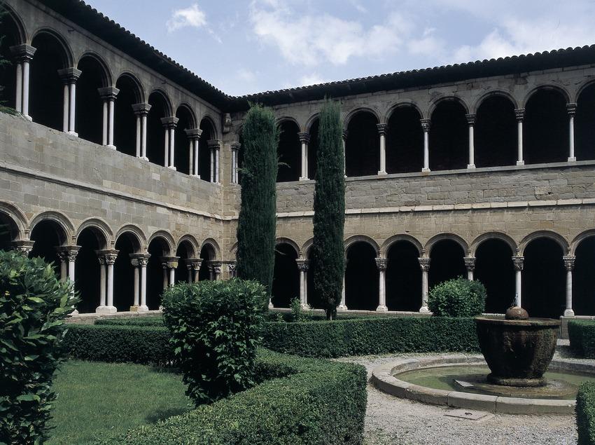 Patio del claustro del monasterio de Santa Maria de Ripoll.
