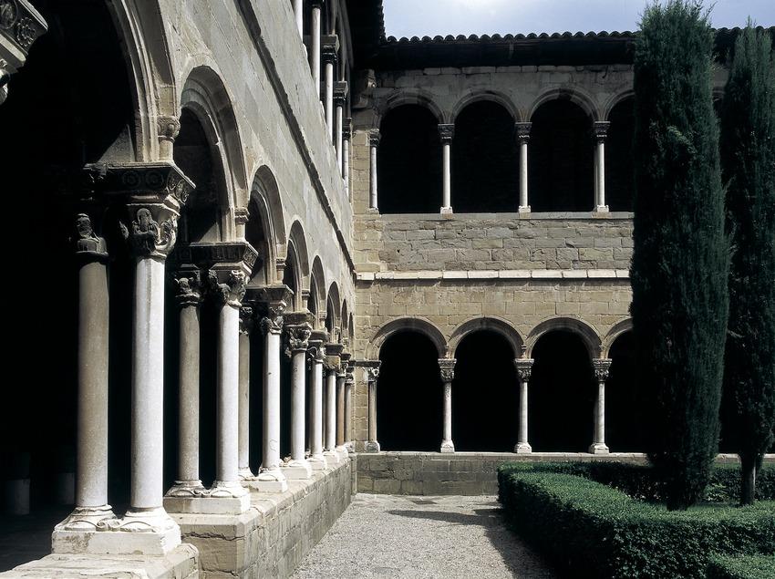 Patio du cloître du monastère royal Santa Maria de Ripoll.  (Imagen M.A.S.)