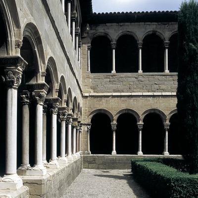 Patio del claustro del monasterio de Santa Maria de Ripoll.  (Imagen M.A.S.)