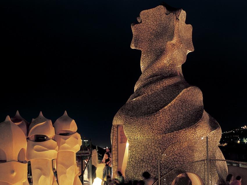 Vue nocturne des cheminées du toit-terrasse de la maison Milà, La Pedrera.
