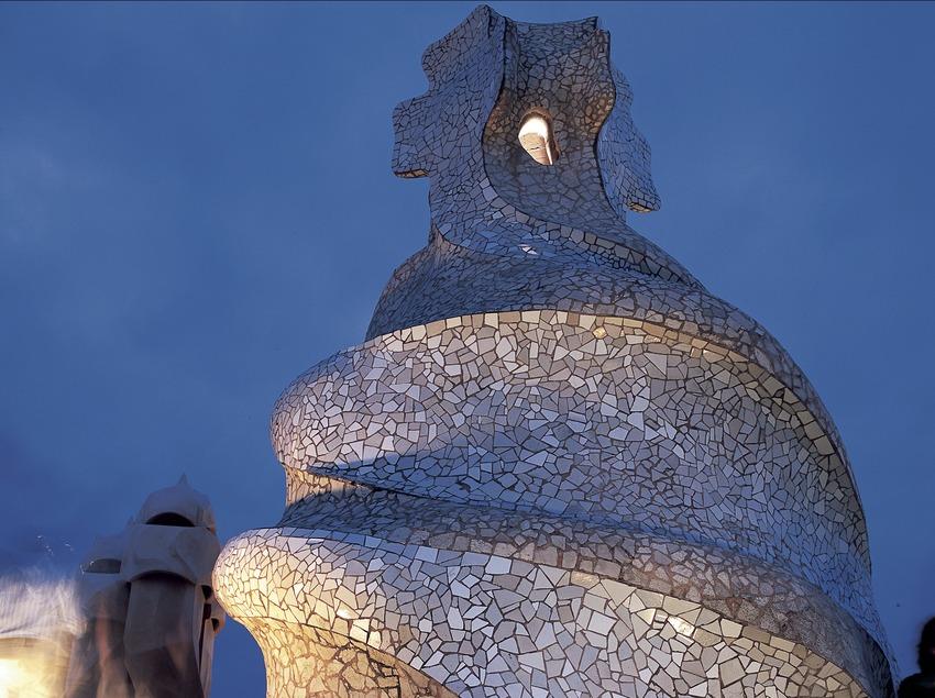 Vista nocturna de las chimeneas de la azotea de la Casa Milà, La Pedrera. (Imagen M.A.S.)