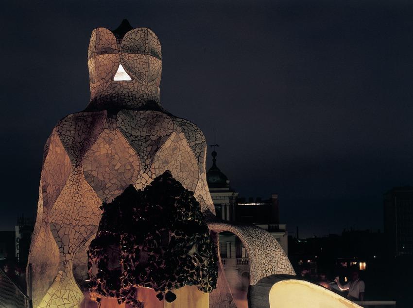 Vista nocturna de les xemeneies del terrat de la Casa Milà, La Pedrera. (Imagen M.A.S.)