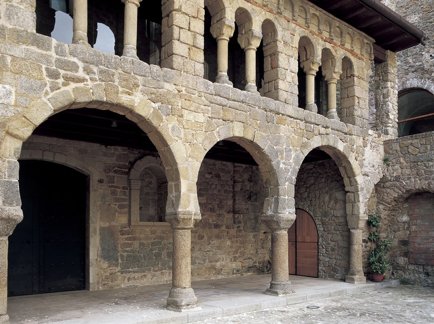 Horseshoe arches and trifore windowed gallery (10th century). Monastery of Sant Feliu de Guíxols  (Imagen M.A.S.)