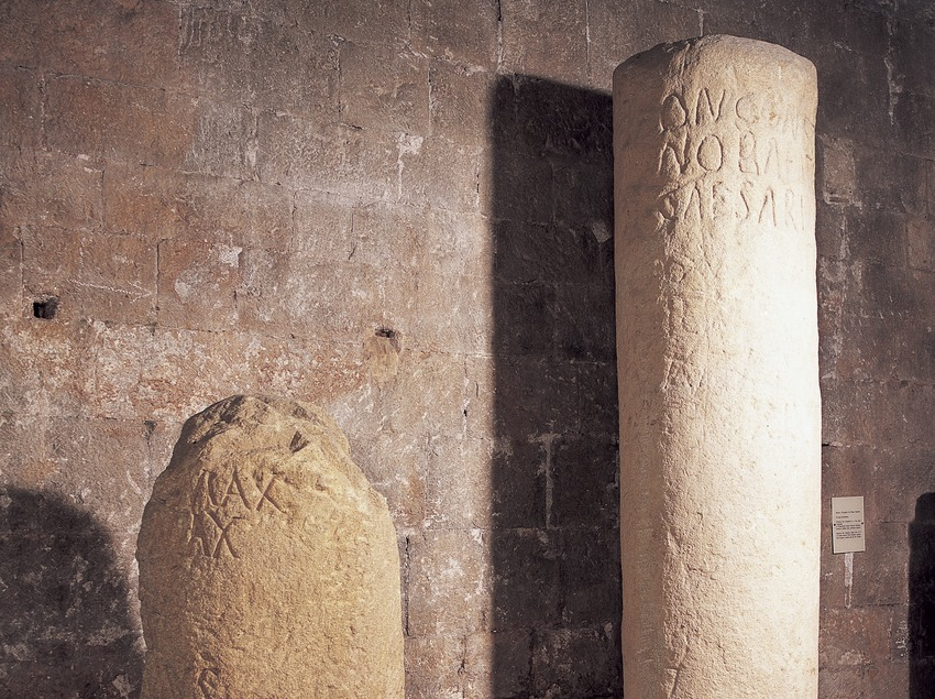 Bornes mil·liàries de Palau Sacosta (segle I) i Sarrià de Ter (segle III). Museu d'Arqueologia de Catalunya-Girona  (Imagen M.A.S.)