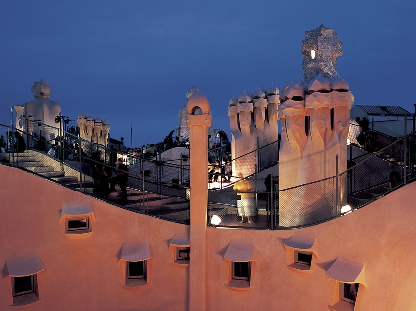 Vista nocturna del terrat de la Casa Milà, La Pedrera.