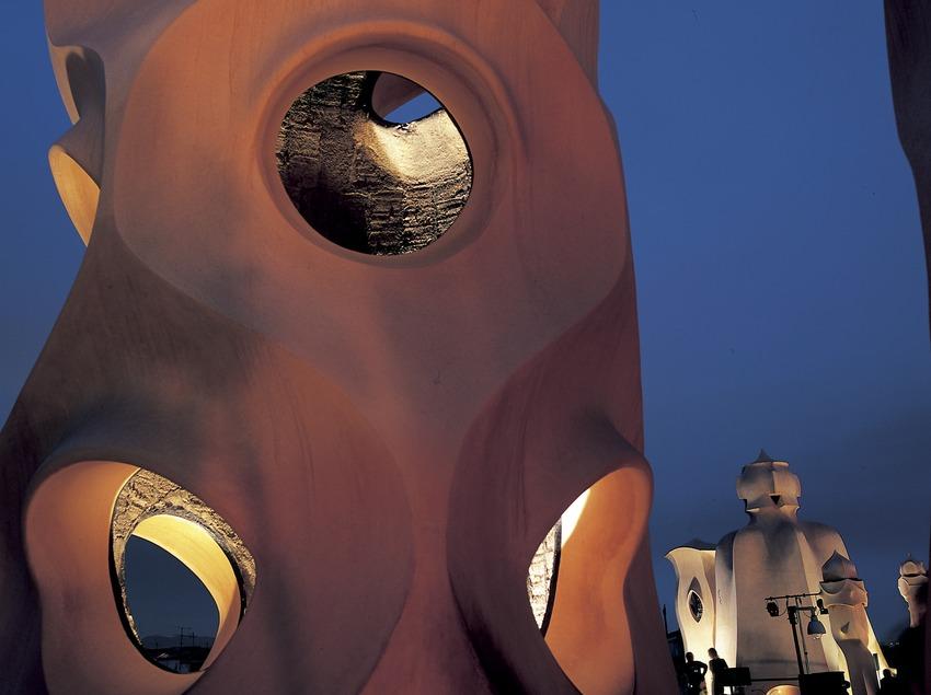 Vista nocturna de un detalle de las chimeneas de la azotea de la Casa Milà, La Pedrera. (Imagen M.A.S.)