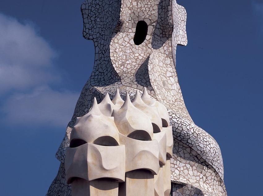 Gros plan sur les cheminées du toit-terrasse de la Maison Milà, La Pedrera.