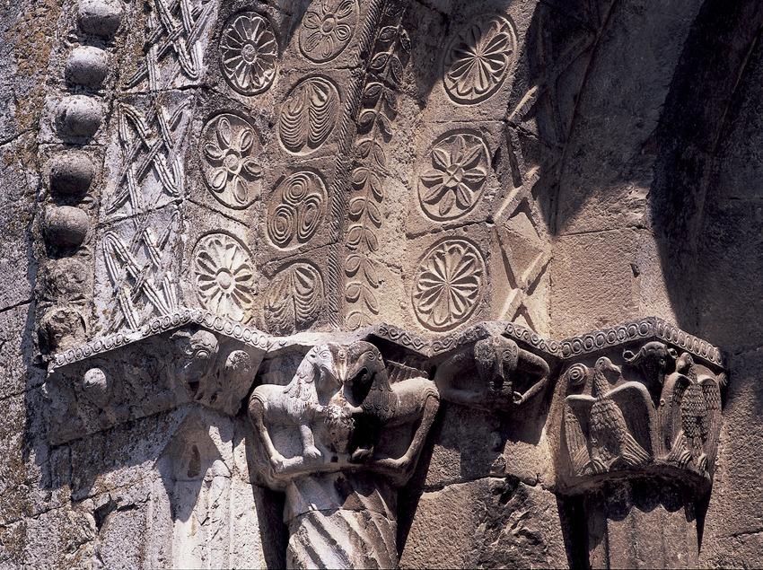 Capitells (segle XII) de la portalada del monestir de Sant Pere de Galligants.  (Imagen M.A.S.)