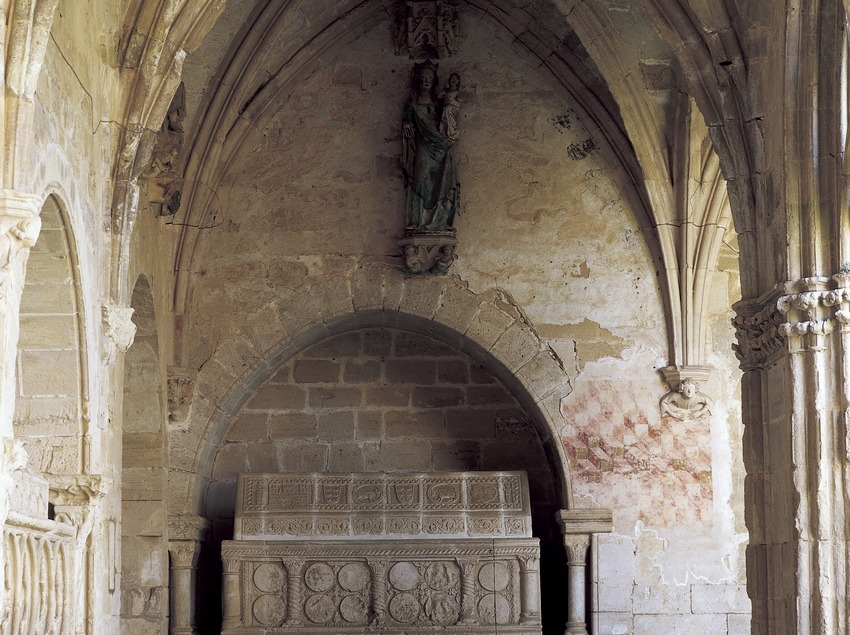 Sepulcre en el claustre del Reial Monestir de Santes Creus.  (Imagen M.A.S.)