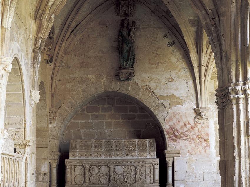 Sepulcro en el claustro del Real Monasterio de Santes Creus.  (Imagen M.A.S.)