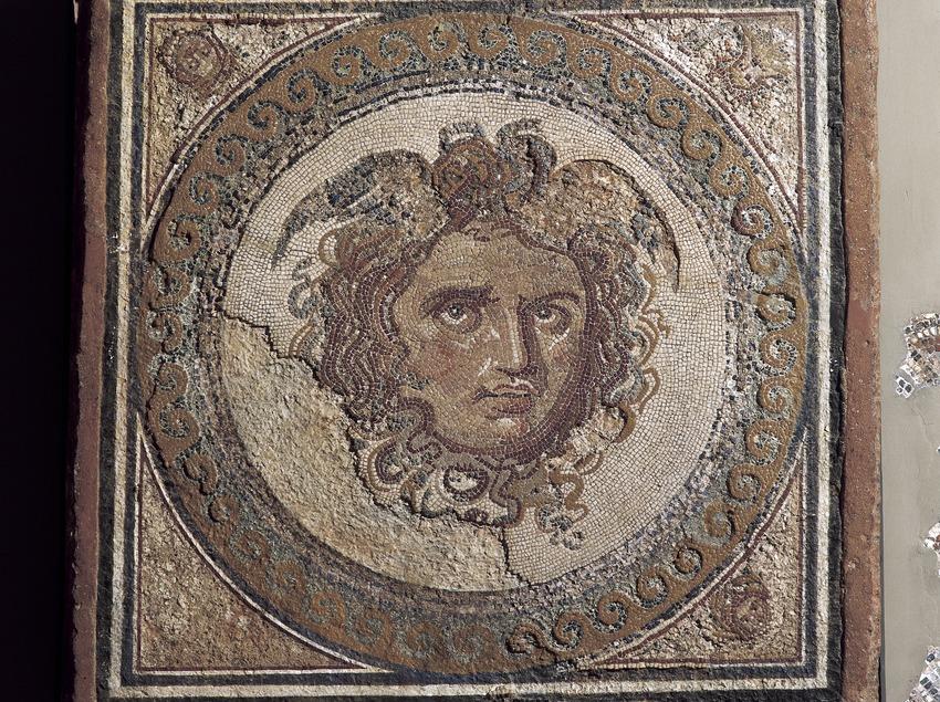 Detall de l'emblema de mosaic, d'opus vermiculatum, amb la representació de la Medusa (segle II-III d.C.).. Museu Nacional Arqueològic de Tarragona  (Imagen M.A.S.)
