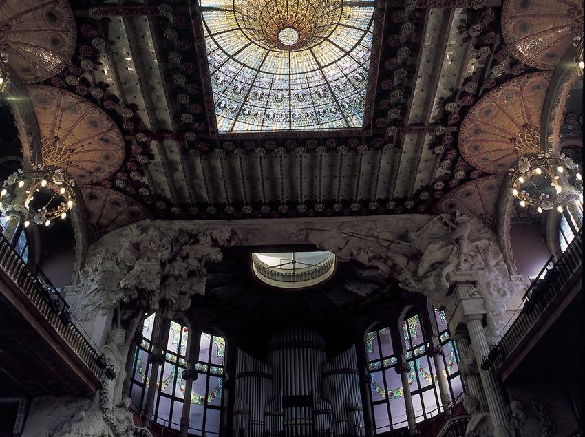 Vidriera cenital, obra de Rigalt i Granell, del Palau de la Música Catalana de Domènech i Montaner.  (Imagen M.A.S.)