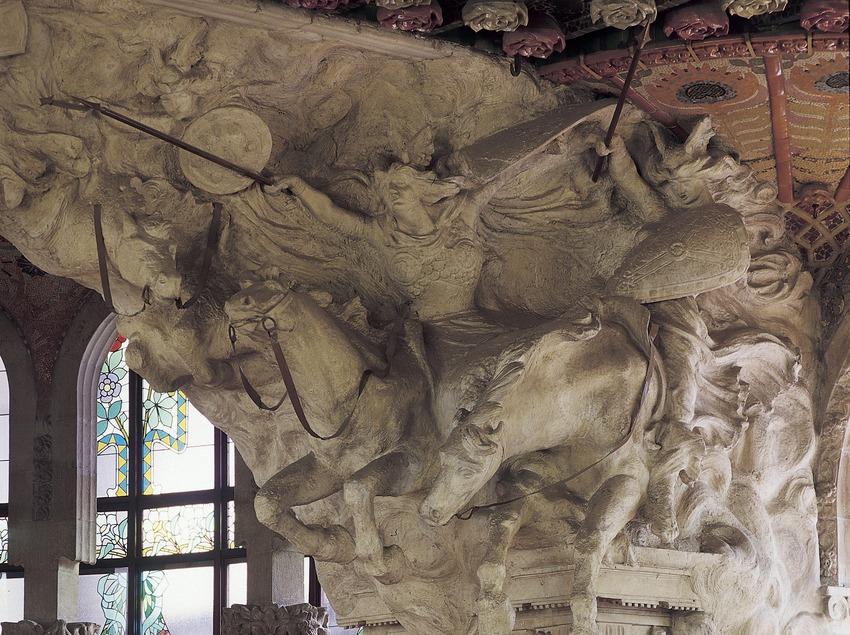 Cavalcada de les Valkíries, obra de Pau Gargallo, a la boca de l'escenari del Palau de la Música Catalana de Domènech i Montaner.  (Imagen M.A.S.)