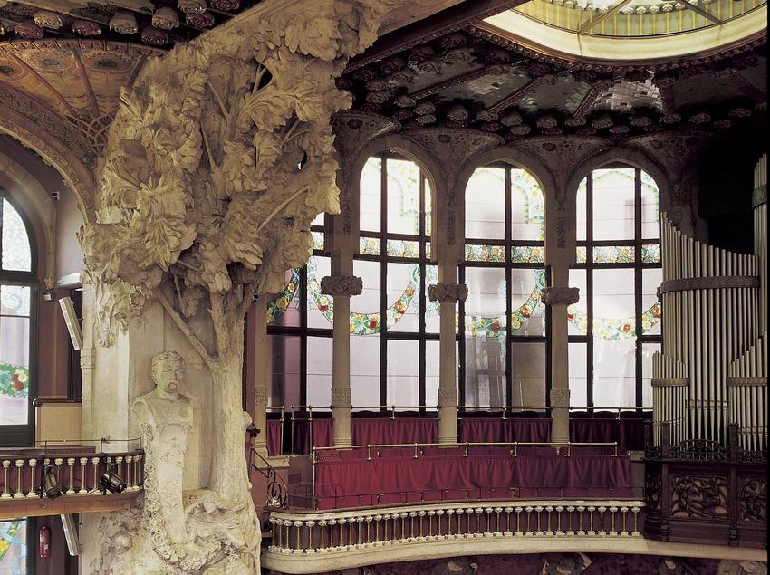 Vista lateral del escenario del Palau de la Música Catalana de Domènech i Montaner.  (Imagen M.A.S.)