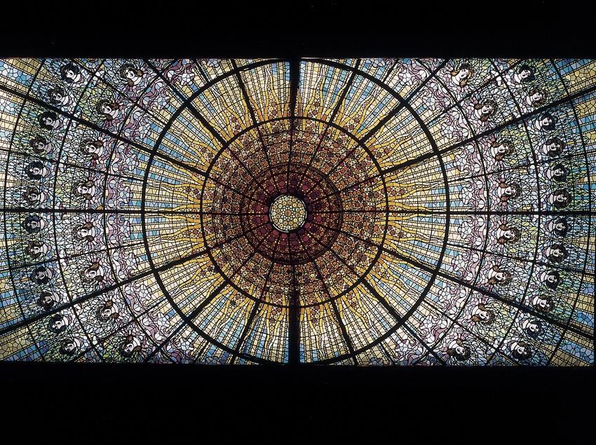 Vidriera zenital, obra de Rigalt i Granell, del Palau de la Música Catalana de Domènech i Montaner.  (Imagen M.A.S.)