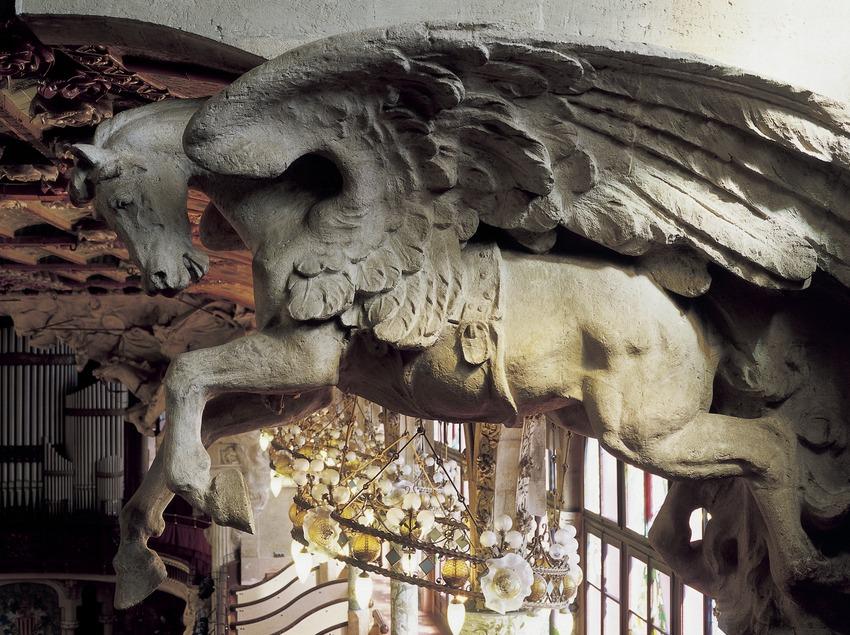 Detalle de la Cabalgata de las Valkirias, obra de Pau Gargallo, en la boca del escenario del Palau de la Música Catalana de Domènech i Montaner.  (Imagen M.A.S.)
