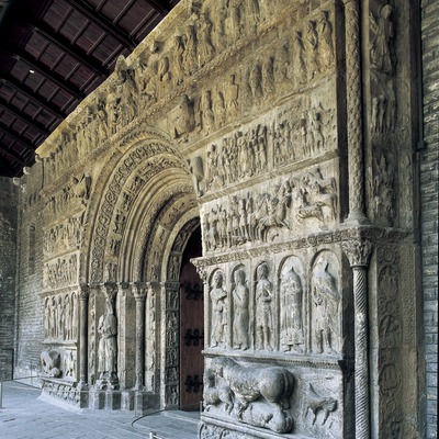 Portalada (segle XII) de l'església del Monestir de Santa Maria de Ripoll.