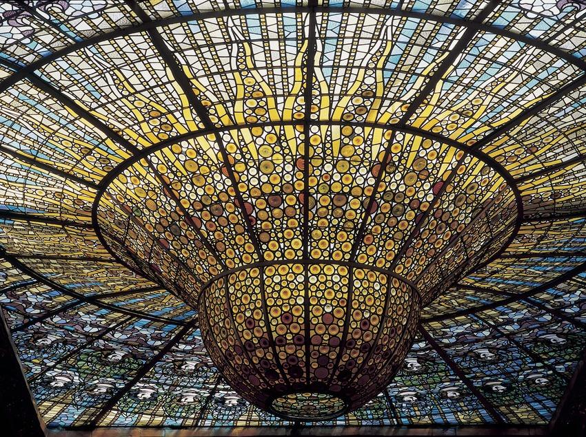 Detall de la vidriera zenital, obra de Rigalt i Granell, del Palau de la Música Catalana de Domènech i Montaner.