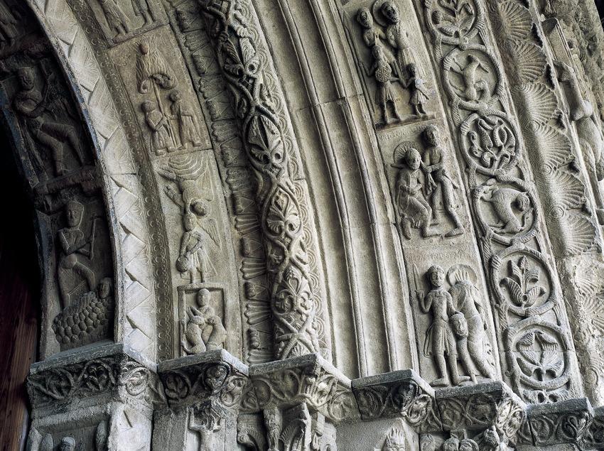Capitells de la portalada (segle XII) de l'església del Monestir de Santa Maria de Ripoll.  (Imagen M.A.S.)