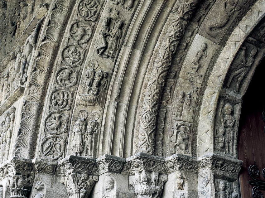Capitals of the doorway (12th century) of the church of Santa Maria de Ripoll monastery.  (Imagen M.A.S.)