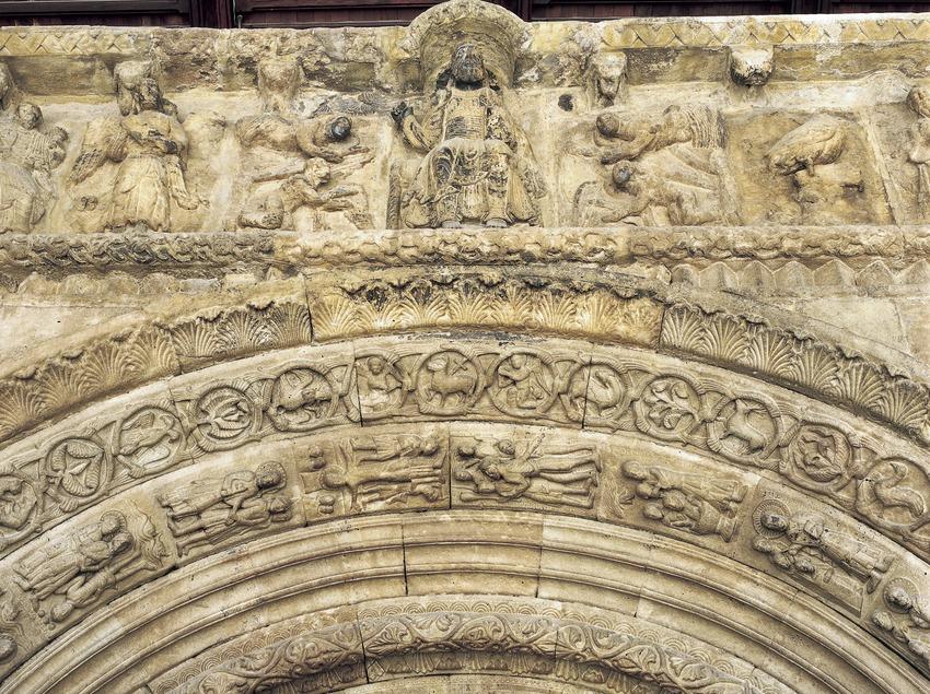 Detalle superior de la portalada (siglo XII) de la iglesia del monasterio de Santa Maria de Ripoll.  (Imagen M.A.S.)
