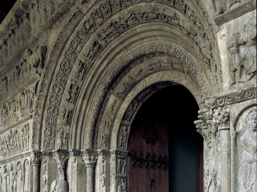 Portalada (siglo XII) de la iglesia del monasterio de Santa Maria de Ripoll.  (Imagen M.A.S.)