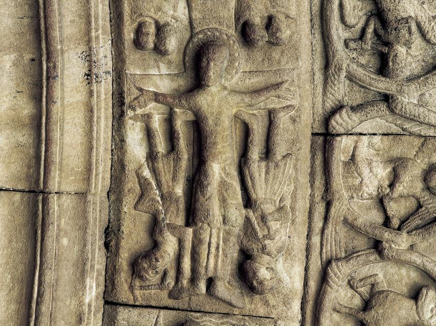 Martirio o crucifixión de Sant Pedro cabeza abajo (siglo XII). Detalle de la portalada de la iglesia del monasterio de Santa Maria de Ripoll.  (Imagen M.A.S.)