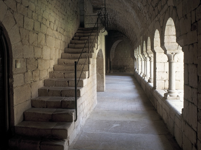 Ala del claustre de la canònica de Santa Maria de Vilabertran.  (Imagen M.A.S.)
