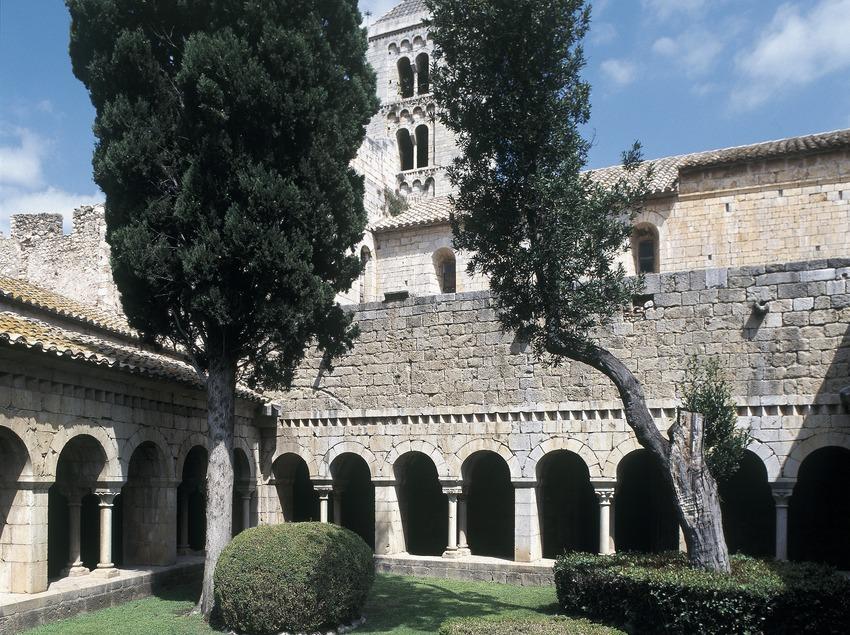 Patio du cloître du monastère canonial de Santa Maria de Vilabertran.