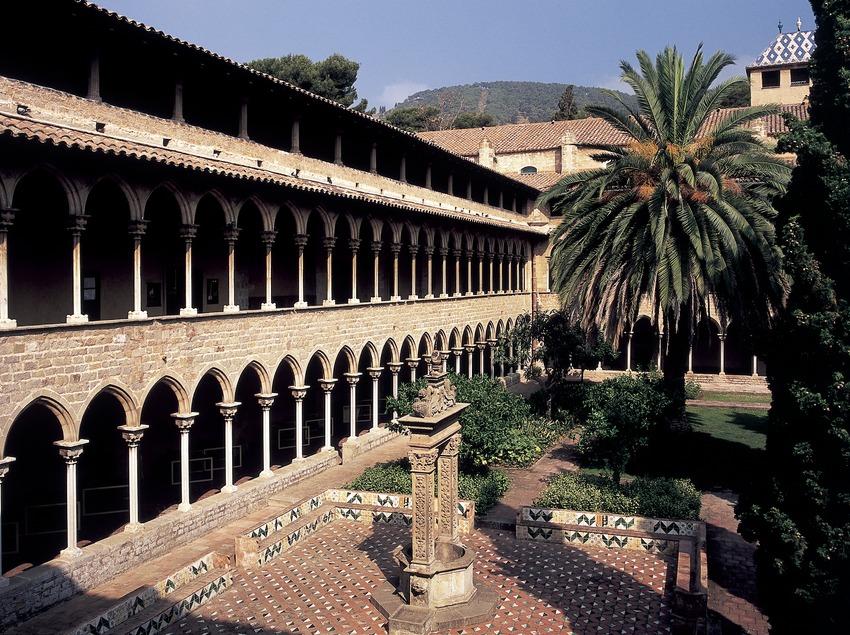 Patio del claustro del monasterio de Pedralbes.  (Imagen M.A.S.)