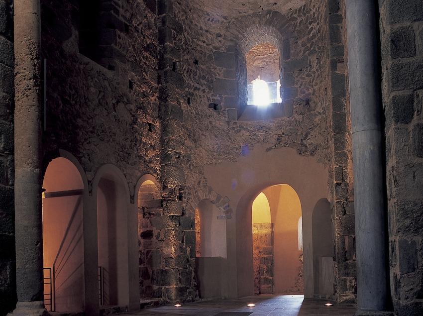 Altar i presbiteri del monestir de Sant Pere de Rodes  (Imagen M.A.S.)