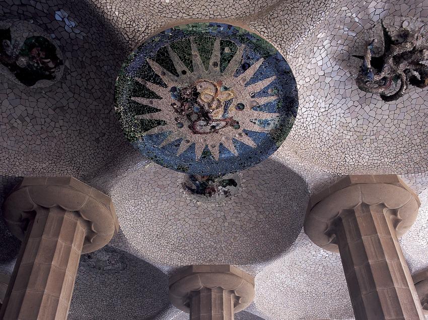 Sala hipòstila amb plafons de Josep Maria Jujol. Parc Güell. (Imagen M.A.S.)