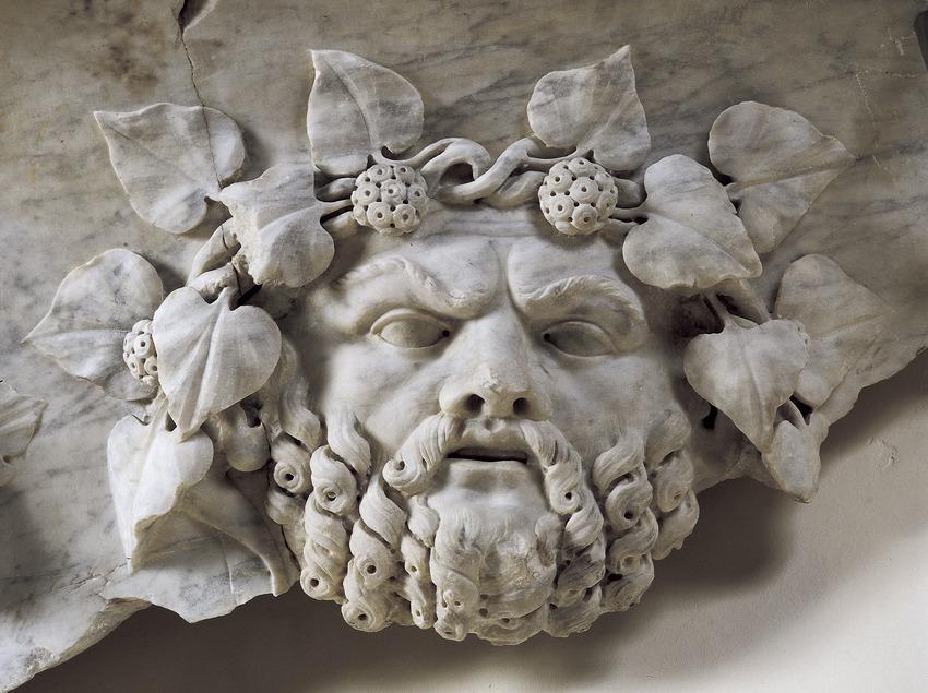 Cabeza del dios Baco (siglo II d.C.), en relieve, que forma parte de la decoración de una vasija monumental de mármol. Museo Nacional Arqueológico de Tarragona.  (Imagen M.A.S.)