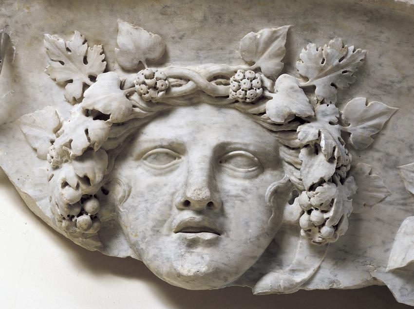 Cabeza de sileno (siglo II d.C.), en relieve, que forma parte de la decoración de una vasija monumental de mármol. Museo Nacional Arqueológico de Tarragona.  (Imagen M.A.S.)