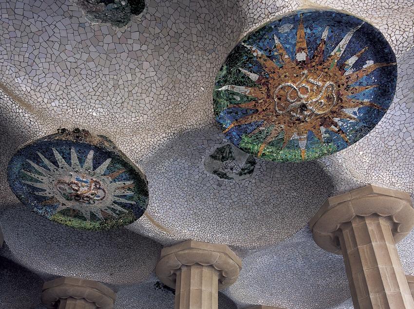 Sala hipóstila con paneles de Josep Maria Jujol. Park Güell. (Imagen M.A.S.)