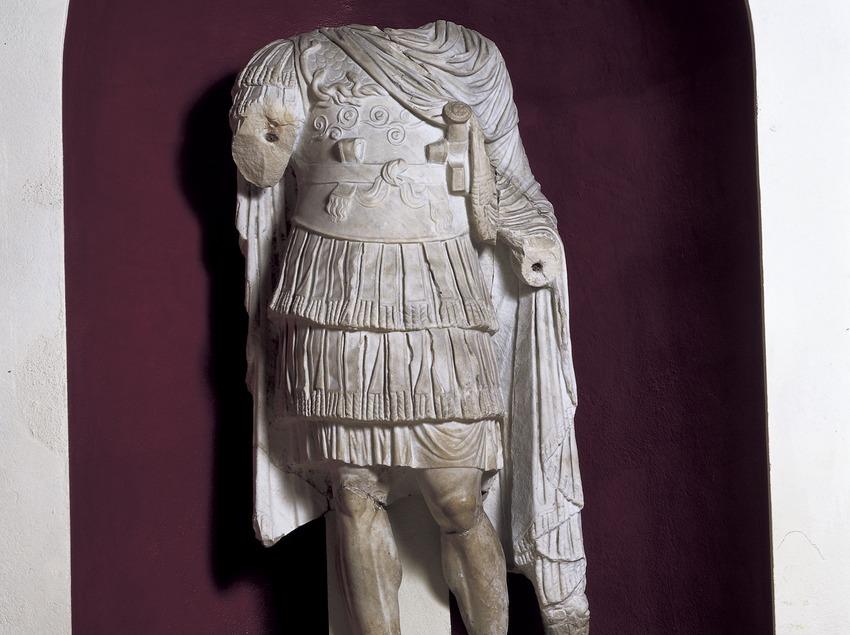 Estatua con coraza del muro de la escena del teatro. Museo Nacional Arqueológico de Tarragona.  (Imagen M.A.S.)