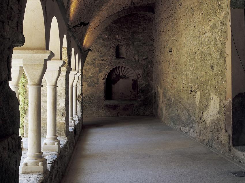 Ala del claustro del monasterio de Sant Pere de Rodes.  (Imagen M.A.S.)