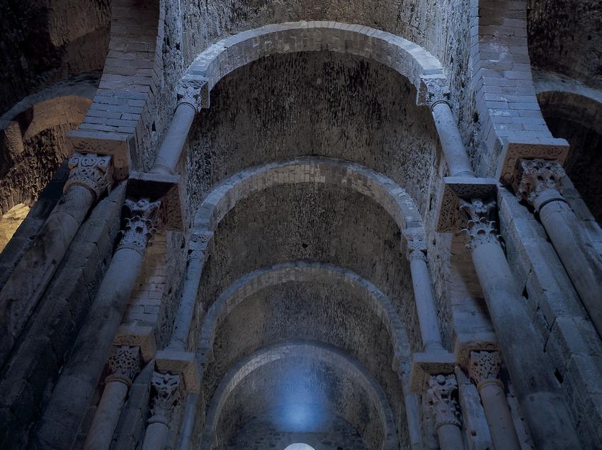 Bóvedas de la nave central del monasterio de Sant Pere de Rodes  (Imagen M.A.S.)