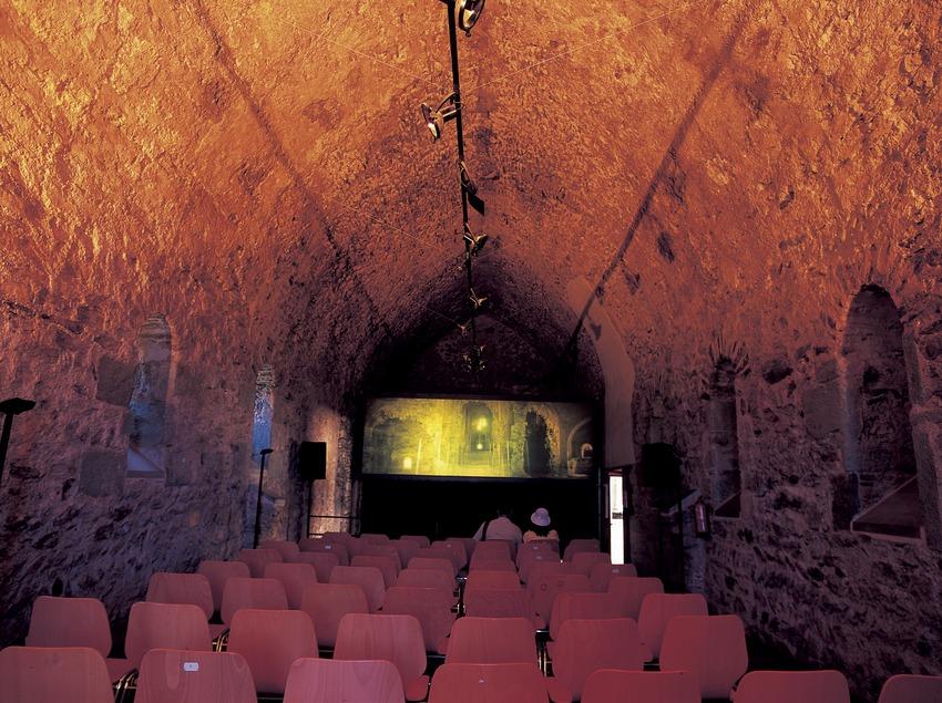 Sala amb audiovisual, antic refectori del monestir de Sant Pere de Rodes  (Imagen M.A.S.)