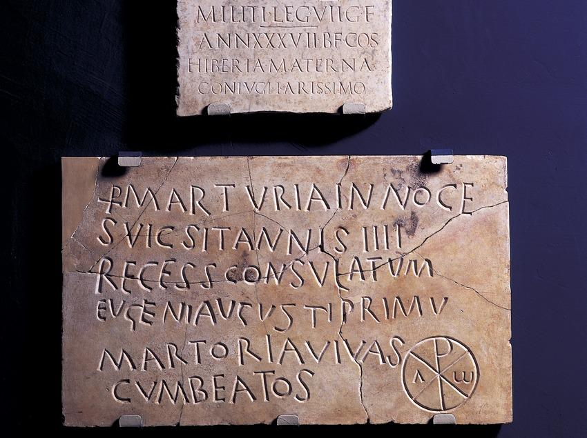 Inscripción en una tumba (siglo III d.C.) procedente de la necrópolis paleocristiana. Museo Nacional Arqueológico de Tarragona.  (Imagen M.A.S.)