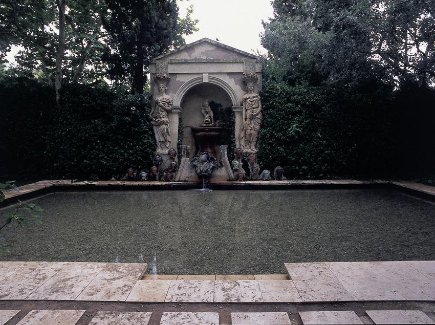 Piscine dans le jardin de la Maison-musée du château Gala Dalí de Púbol  (Imagen M.A.S.)
