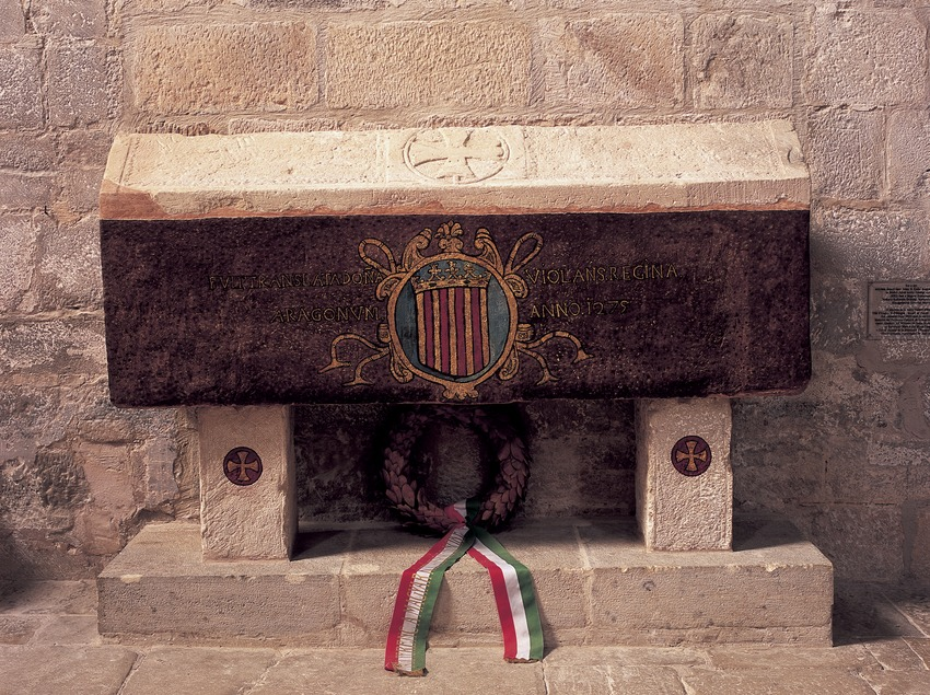 Tomba de Violant d'Hongria a l'església del Reial Monestir de Santa Maria de Vallbona.  (Imagen M.A.S.)