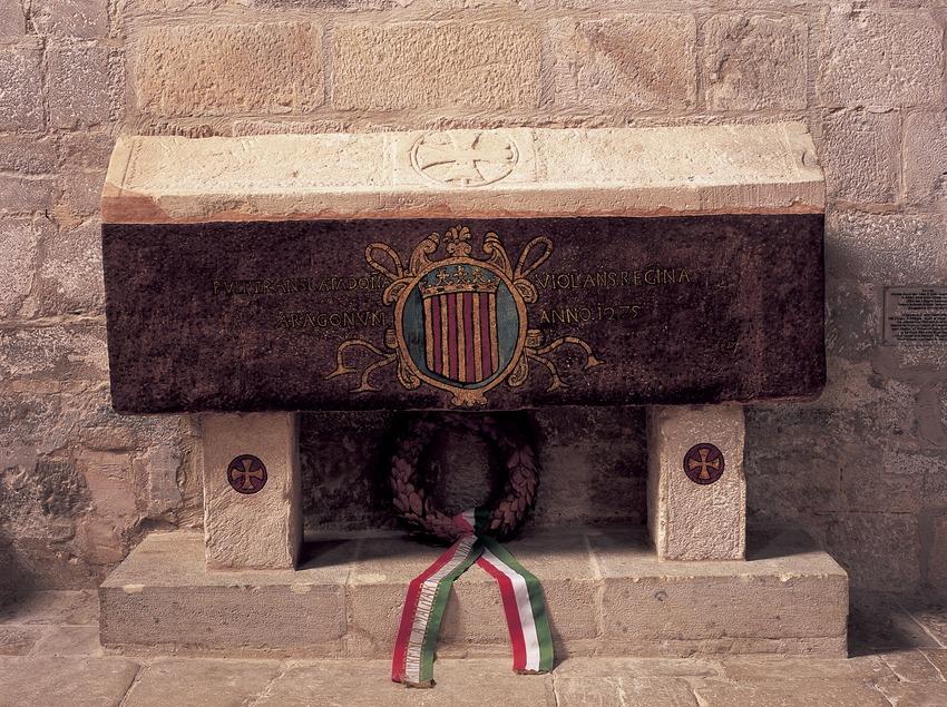 Tumba de Violant d'Hongria en la iglesia del Real Monasterio de Santa Maria de Vallbona.  (Imagen M.A.S.)