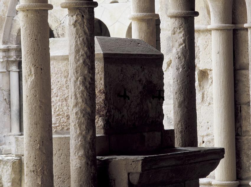 Sepulcro en el claustro del Real Monasterio de Santa Maria de Vallbona.  (Imagen M.A.S.)