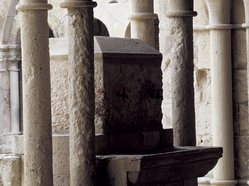 Tomb in the cloister of the Royal Monastery of Santa Maria de Vallbona.  (Imagen M.A.S.)